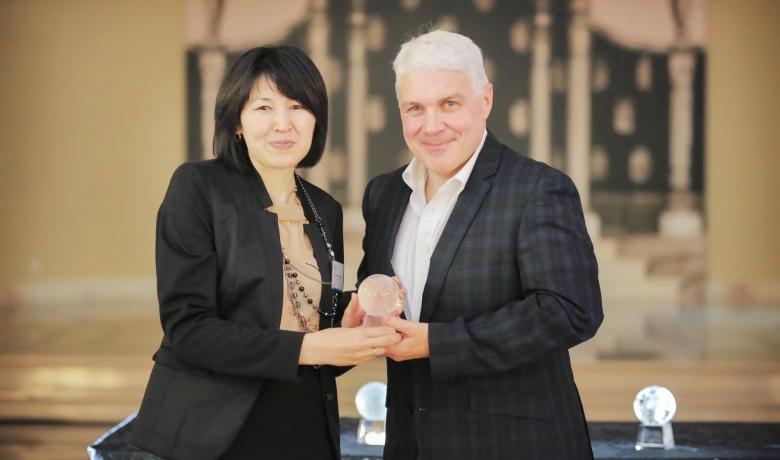 Директор Школы профессионального и непрерывного образования УЦА (ШПНО) Гульнара Джунушалиева получает Премию УЦА за внедрение передовой практики 2014 года из рук Джима Фрайарса, председателя Фонда ECDL.